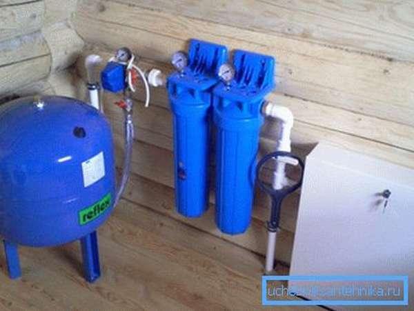 Фильтры и гидроаккумулятор смонтированы внутри дома.