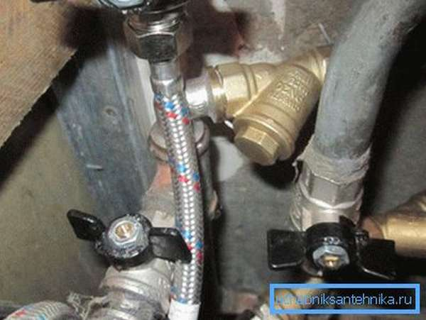 Фильтры на вводе в квартиру избавят воду от взвесей.