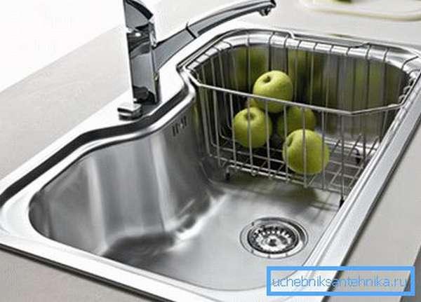 Формы и размеры металлических моек для кухни могут быть самыми разными.