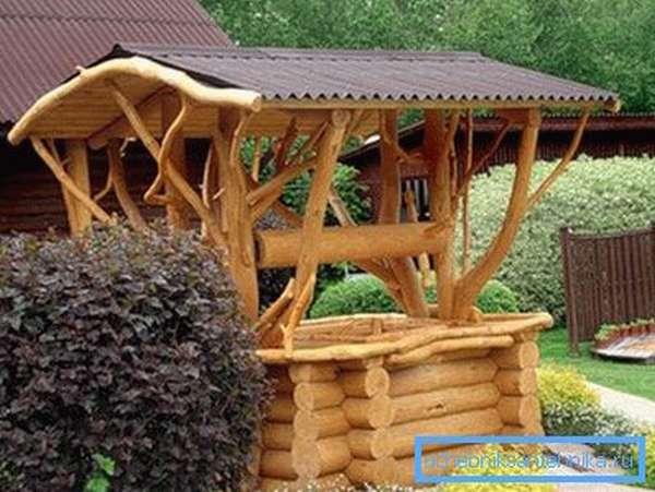 Фото декоративного деревянного источника, выполненного своими руками.