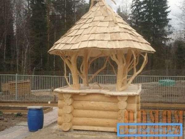 Фото деревянной конструкции облагораживающей колодец