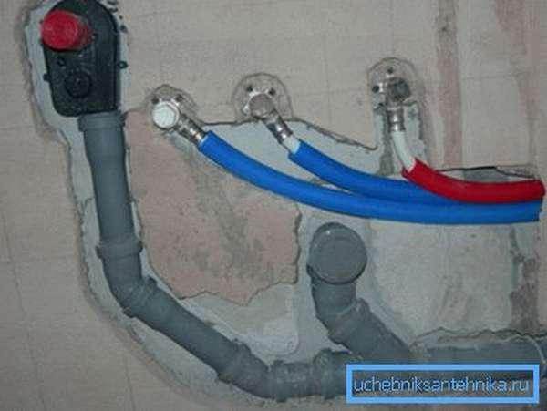 Фото фрагмента трубной разводки в штробе