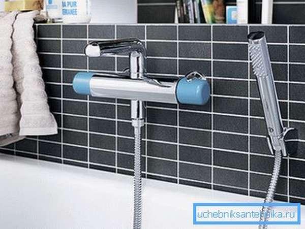 Фото изделия для ванной комнаты: кроме крана есть еще и душевой шланг