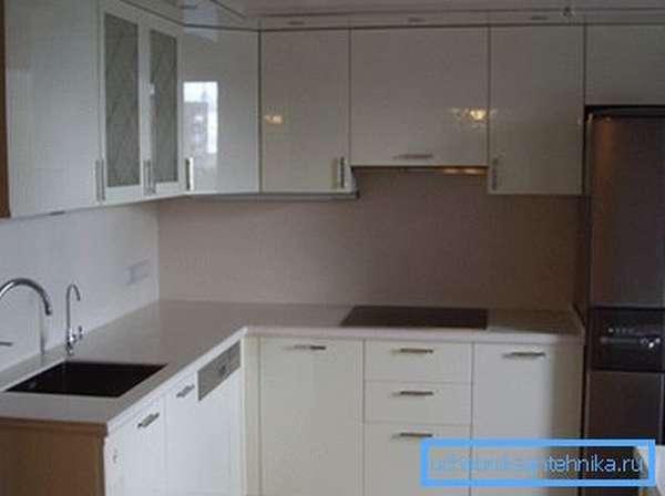 Фото кухни, на которой пространство благодаря компактной раковине использовано оптимально