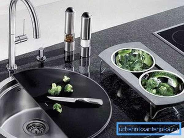 Фото раковины на кухне.