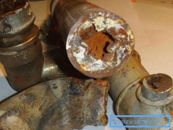 Фото разобранной старой трубы городского водоснабжения
