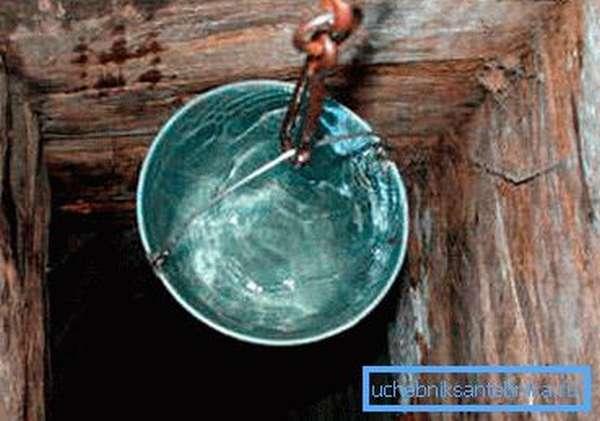 Фото шахтного сооружения, сделанного полностью из дерева.