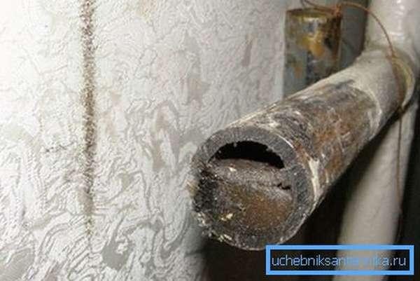 Фото старой отопительной трубы в разрезе