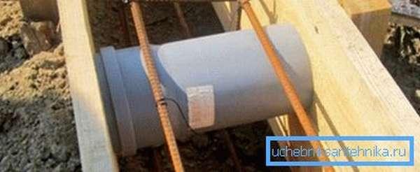 Фото трубы, заложенной в опалубке фундамента