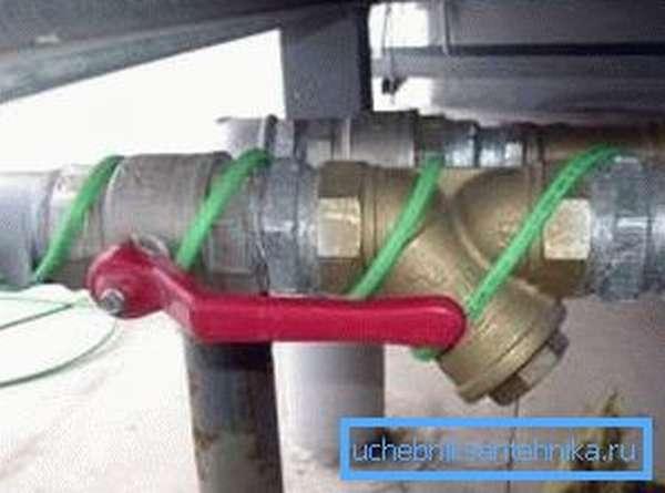Фото установленного электрического кабеля для обогрева водопровода