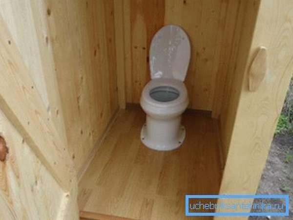 Фото внутренней части дачного туалета