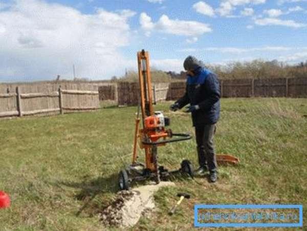 Геологические изыскания уровня водоносных слоев на частном участке с помощью бурения.