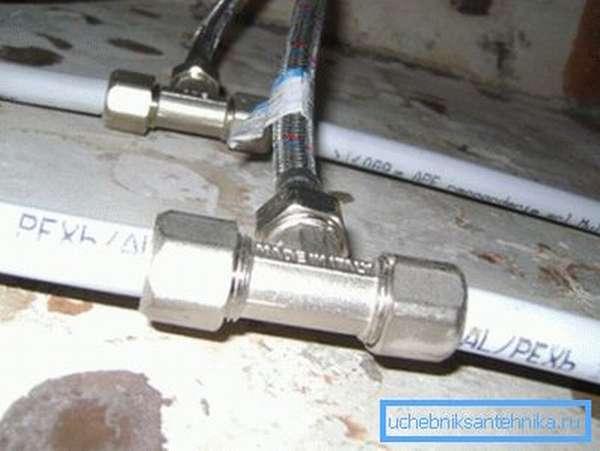 Гибкая подводка позволяет соединить узлы под практически любым углом
