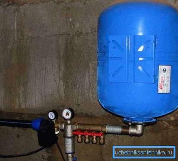Гидроаккумулятор закрепленный вертикально.