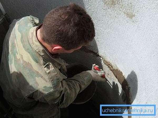 Гидроизоляция сливной ямы из бетонных колец