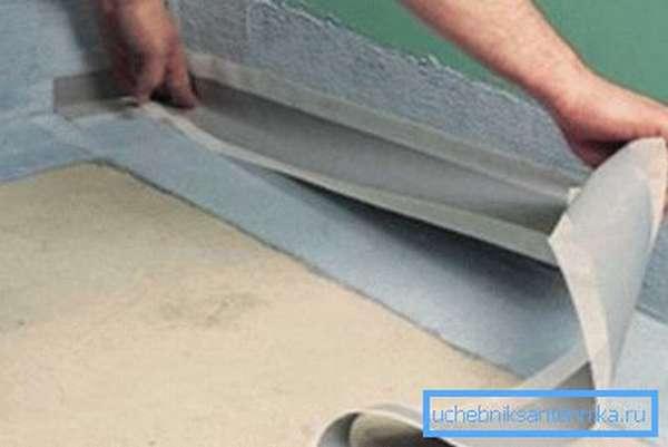 Гидроизоляция стен выполняется очень тщательно до нанесения отделки.