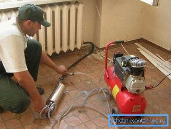 Гидропромывка систем отопления может выполняться своими руками, или можете обратиться к профессионалам