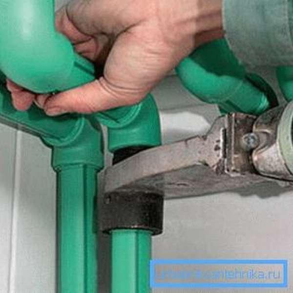 Главное не сорвать гайку, иначе будет нарушена герметичность соединения