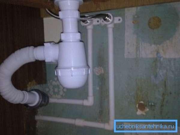 Главным препятствием для установки посудомоечной машины под мойкой является сифон