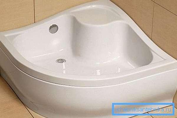 Глубокий акриловый душевой поддон с сиденьем и донным клапаном в углу ванной