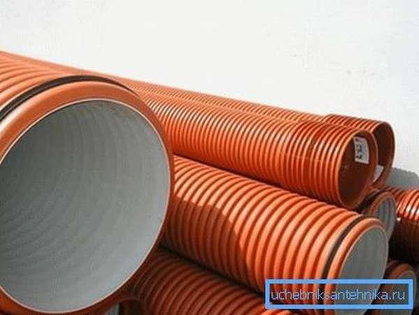 Гофрированный трубопровод обладает большей жесткостью