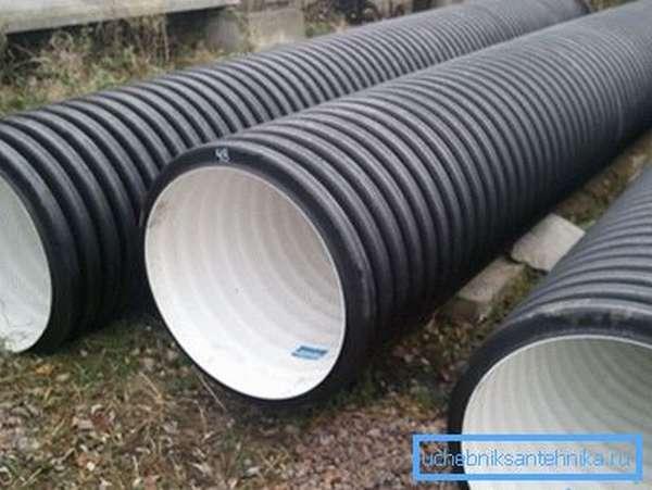 Гофротрубы на фото используются для обеспечения электроэнергией промышленных объектов, находящихся в отдалении