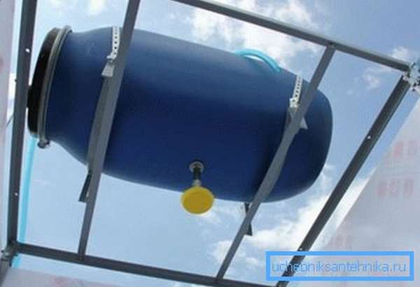 Горизонтальная установка пластикового контейнера на крышу душа