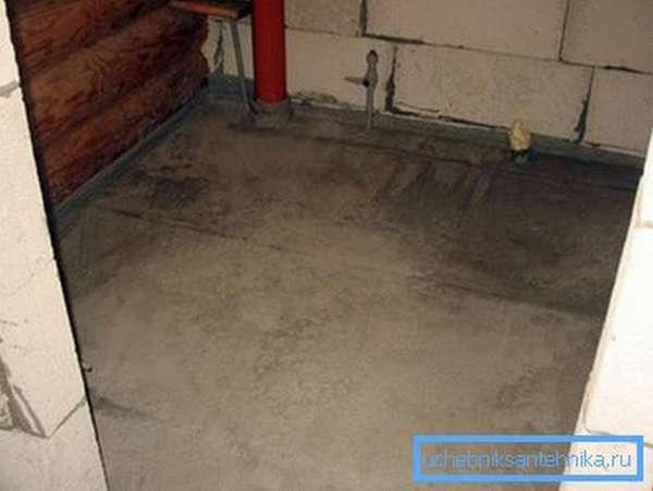 Готовая стяжка поверх труб канализации