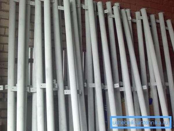 Готовые опорные столбы из металла с приваренными заглушками и пластинами для крепления лаг.