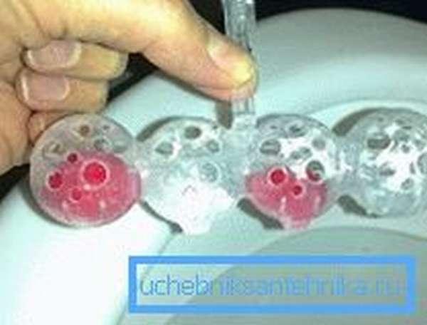 Готовые желатиновые кубики можно помещать в пластиковые боксы от покупных освежителей