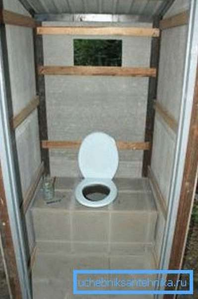 Готовый к использованию уличный туалет