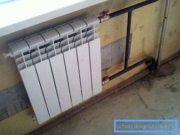 Готовый радиатор отопления в сборе с установленным байпасом и запорно-регулирующей арматурой.