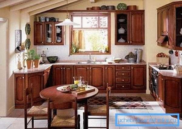 Грамотная организация обеденной зоны и рабочего пространства в кухне загородного дома.