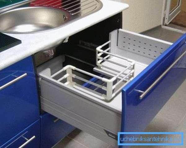 Грамотная организация пространства под раковиной повышает комфорт и практичность эксплуатации кухни.