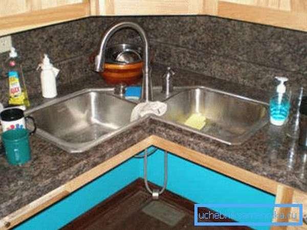 Грамотное расположение мойки в угловой кухне позволяет использовать уголок для хранения посуды и других принадлежностей