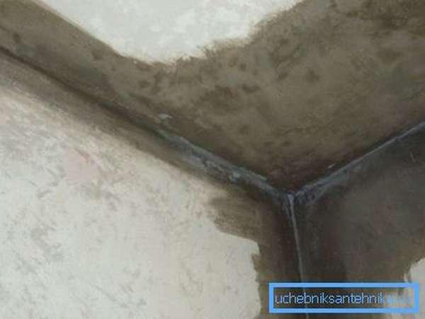 Холод в квартире приводит к промерзанию стен.
