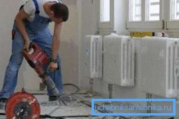 Хотите скрыть трубы, подходящие к радиаторам, сделайте штробы в основании и спрячьте их под напольным покрытием – как вариант бюджетного «теплого пола»
