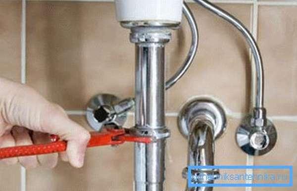 Хромированные изделия лучше устанавливать на открытых частях, иначе пропадает всякий смысл применения столь эффектных элементов трубопровода