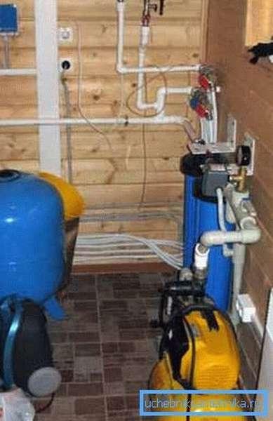 И пусть фото не пугает, но схема дачного водоснабжения из колодца требует использования большого количества оборудования