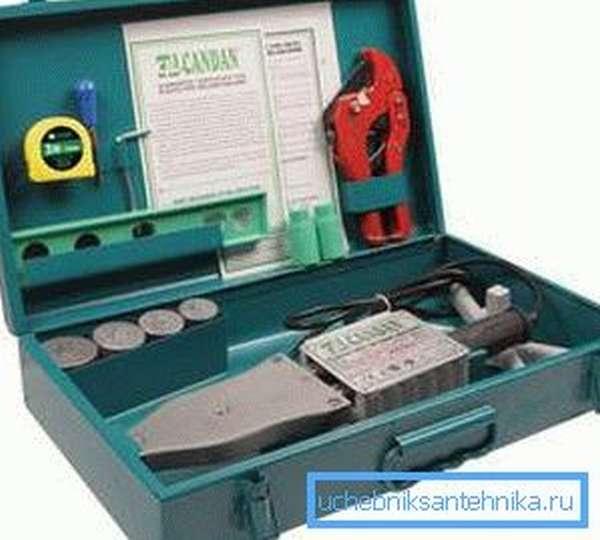 Инструменты для сборки пластикового водопровода.
