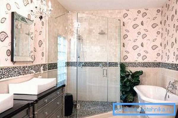 Интерьер ванной с душевой и ванной в собственном доме