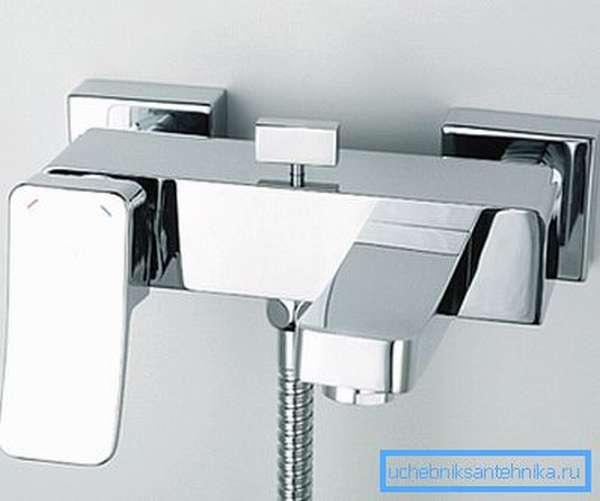 Интересный смеситель для ванны с коротким изливом