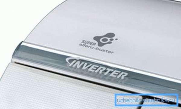 Инверторный кондиционер умеет снижать производительность компрессора, что делает его более экономичным.