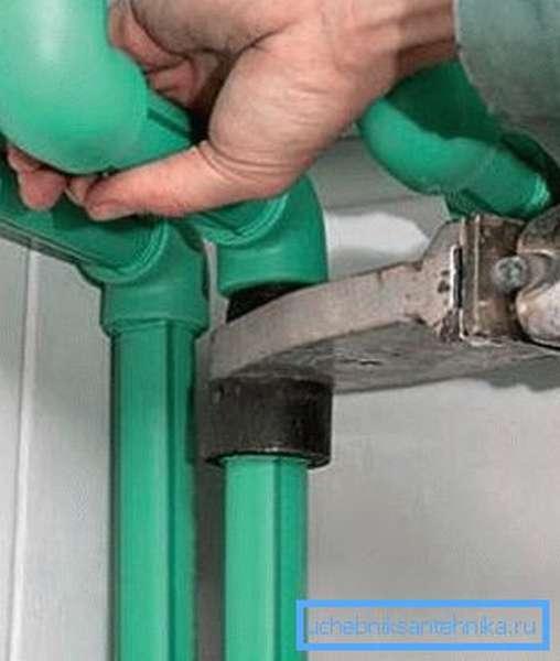 Использование паяльника для монтажа пластиковых труб
