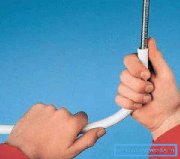 Использование пружины для изгиба элемента.