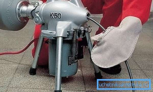 Использование сантехнического тросика в паре с двигателем позволяет получить высокий вращательный момент, что сильно облегчает данную работу