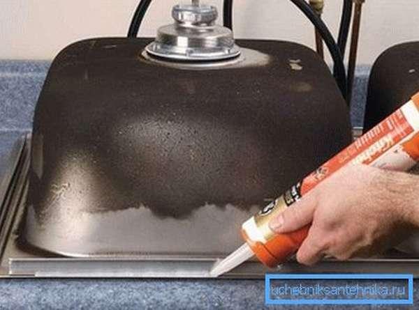 Использование силиконового герметика для более плотной фиксации изделия и заделки швов
