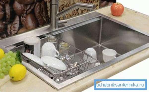 Использование специальной корзины, которая может служить в качестве сушки для уже помытой посуды