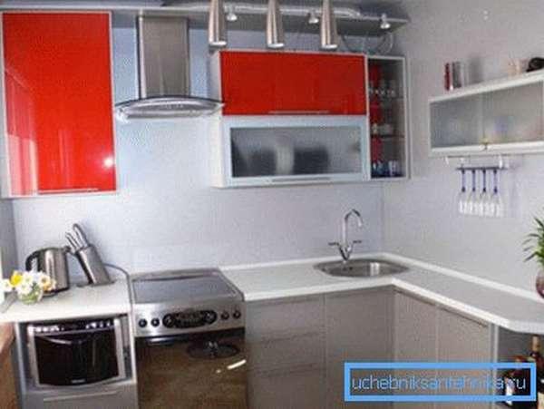 Использование таких элементов сантехники позволит значительно освободить пространство на кухне и при этом сделает ее визуально больше