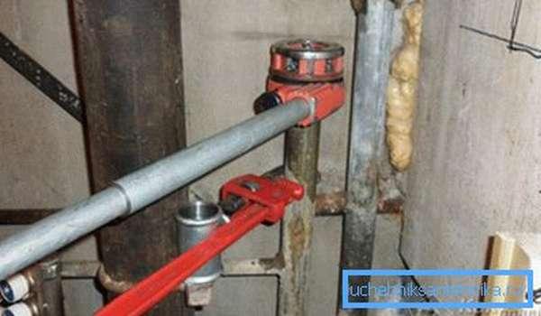 Использование трубного ключа для стабилизации стояка